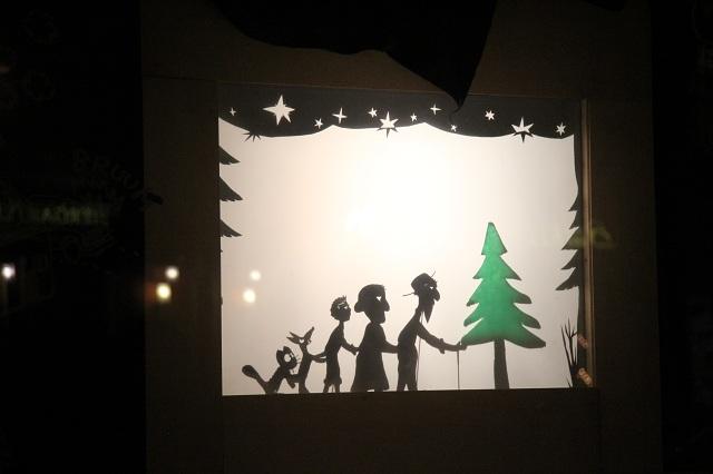 Schattenspiel im Galeriefenster